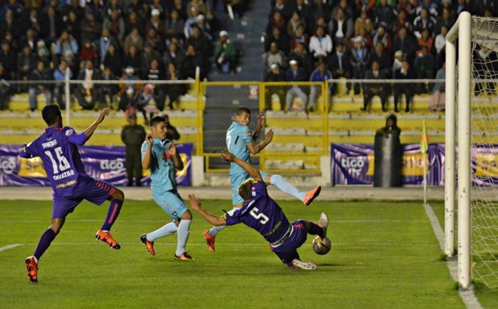 Claudio Centurión (piso) conjura una jugada de gol de la academia.