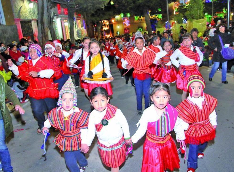 Niños bailaron los tradicionales ritmos navideños.