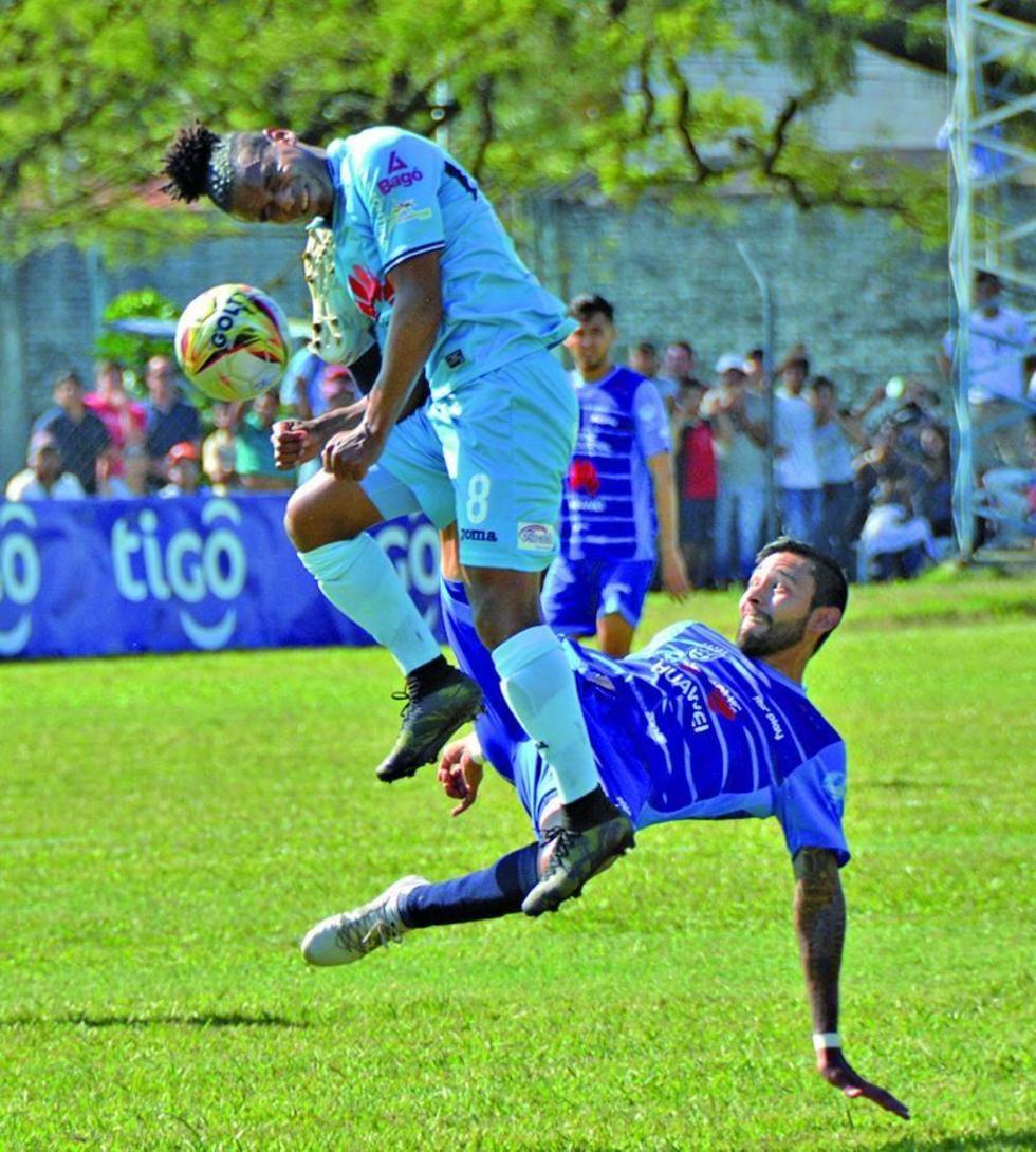 Leonel Morales trata de eludir a su rival.