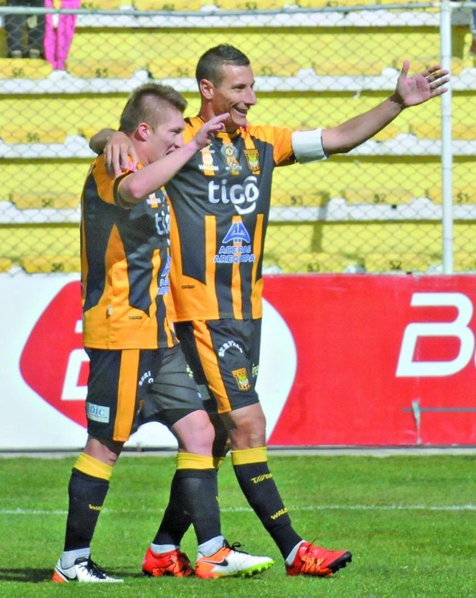 Alejandro Chumacero y Pablo Escobar festejan uno de los goles.