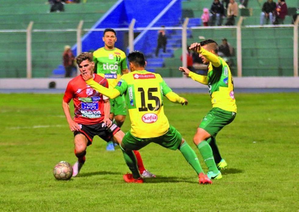 El delantero de Nacional, Bruno Pascua, controla el balón ante sus rivales.