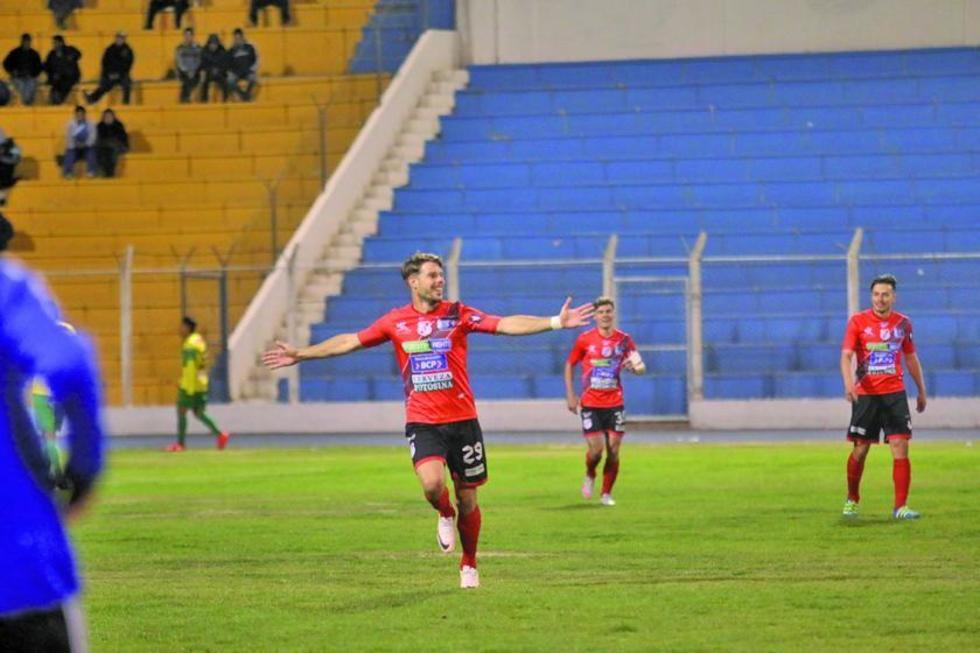 El delantero Alessandrini festeja su tercer gol.