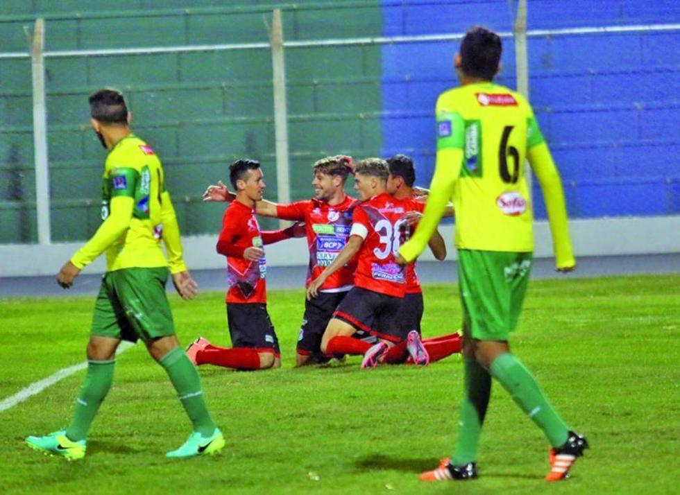 Cristian Alessandrini, de Nacional, celebra su gol con su compañeros.