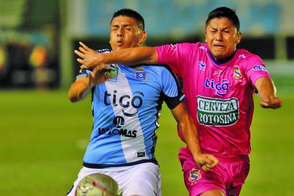 Miguel Hurtado pelea por el balón con Eduardo Ortiz.