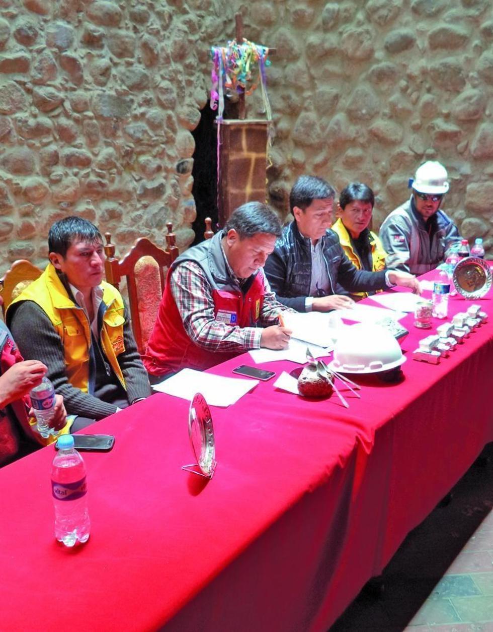 El alcalde firma con la empresa la ejecución de la obra.
