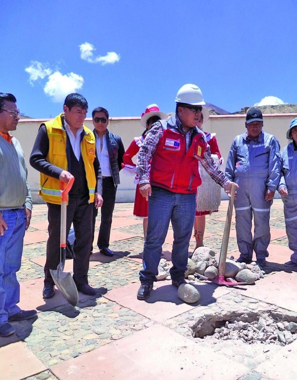 Víctor Hugo Cejas y el alcalde Williams Cervantes colocan la piedra fundamental.