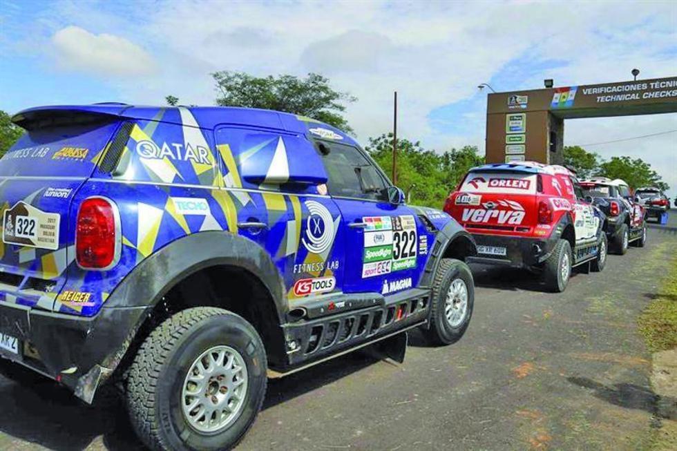 Vista de los vehículos que ingresan a la verificaciones técnicas en Luque (Paraguay).