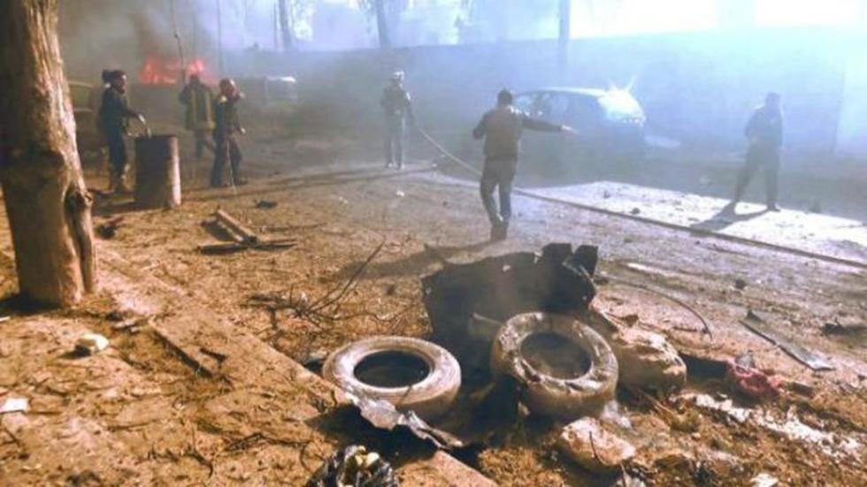 Las fuerzas de seguridad buscan víctimas en medio de escombros en la frontera turco siria.