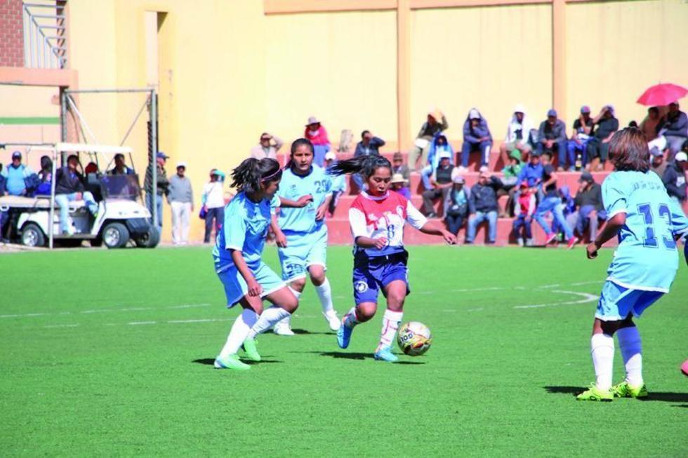 María Arispe  (c) se saca la marca de sus rivales para convertir el tercer tanto de la selección.
