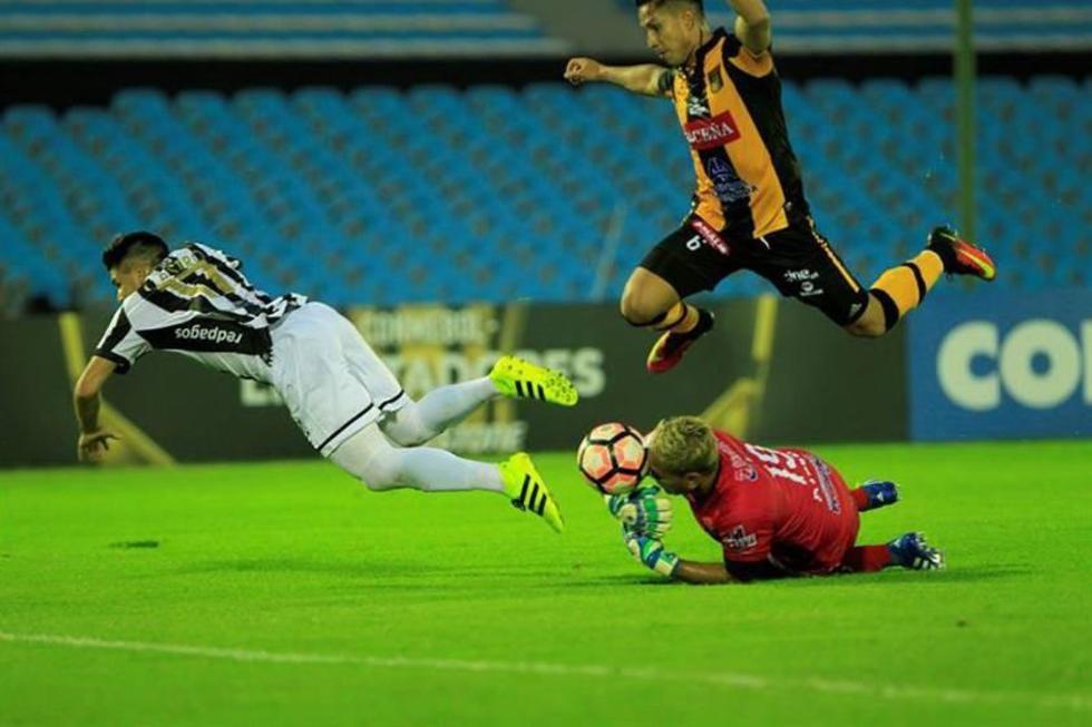 El jugador del Wanderers, Manuel Castro (i) en acción ante Marvin Bejarano y Daniel Vaca .