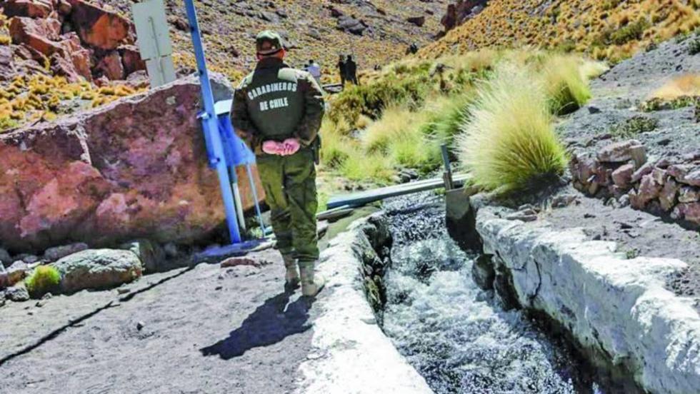 Las aguas potosinas van Chile a través de canales artificiales.