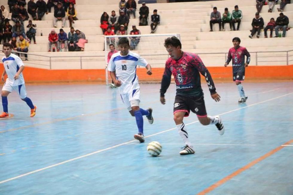 El jugador Gerardo Arias, de Barcelona Salmer, controla el balón.