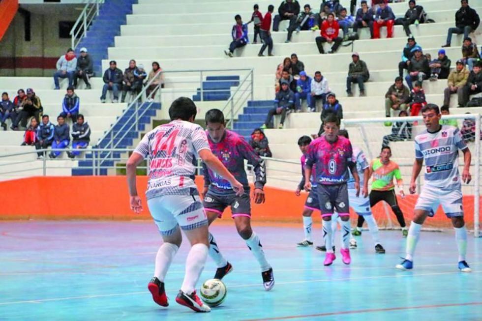 Uno de los jugadores de Lizondo controla el balón.