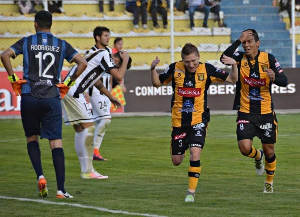 Alejandro Chumacero, junto con Diego Bejarano, festeja el segundo gol del conjunto paceño.