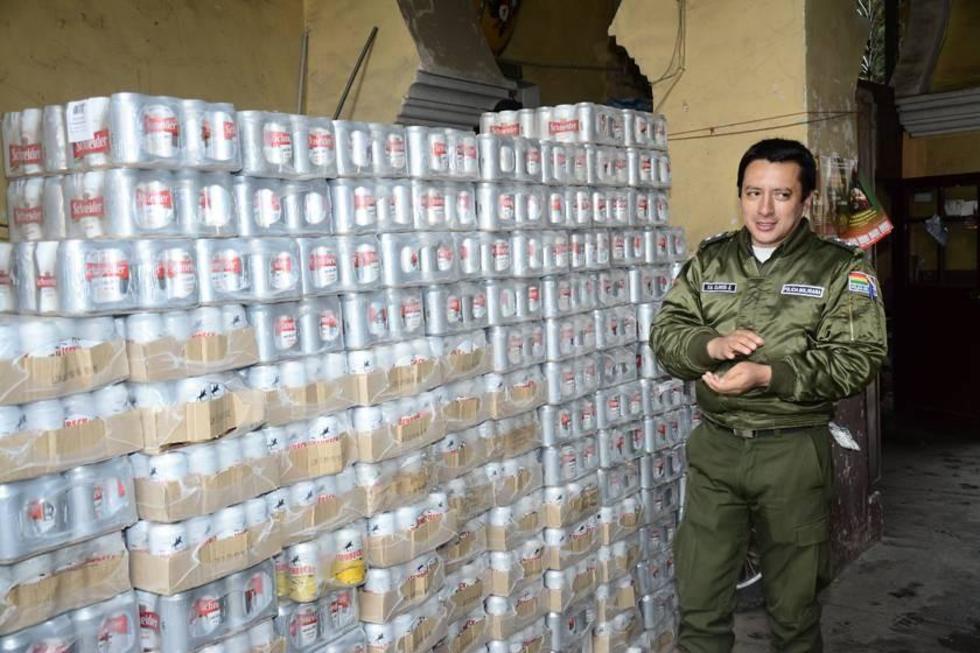 El intendente muestra las bebidas incautadas.