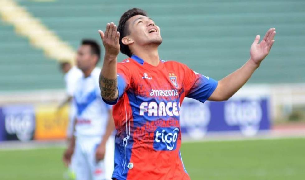 Víctor Hugo Melgar agradece a Dios tras el gol convertido.
