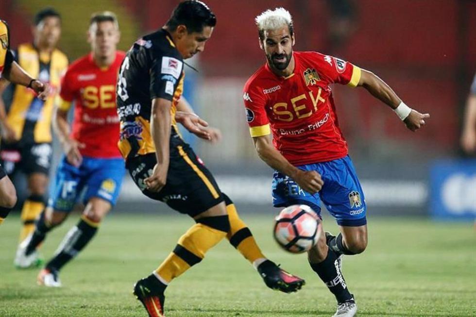 Walter Veizaga despeja el balón ante la presión de Sebastián Jaime.
