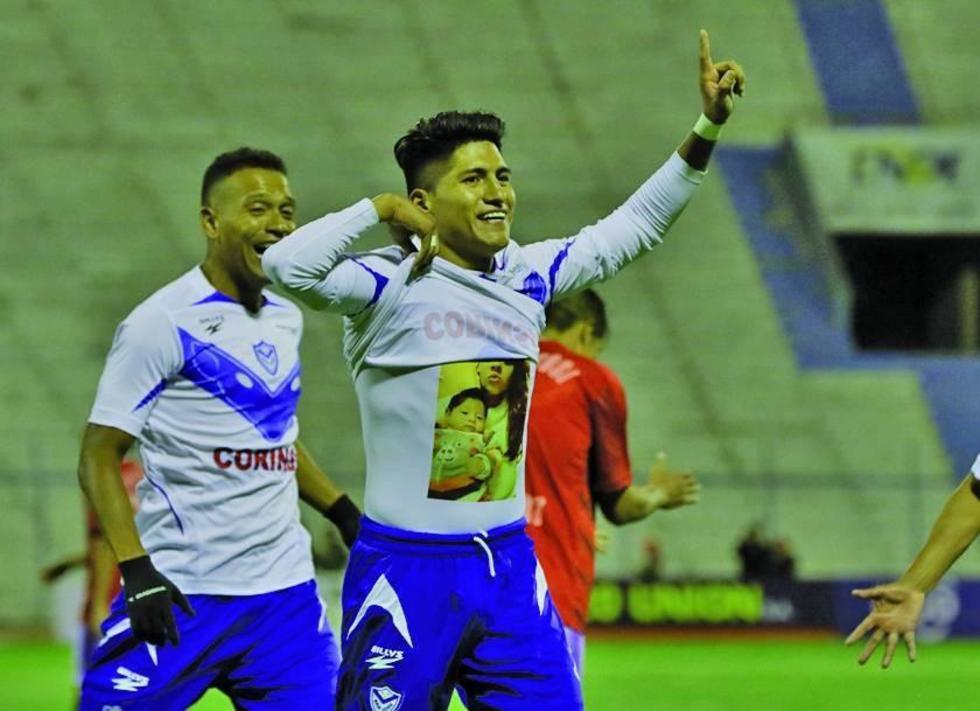 Luis Alí festeja el segundo tanto del equipo local.