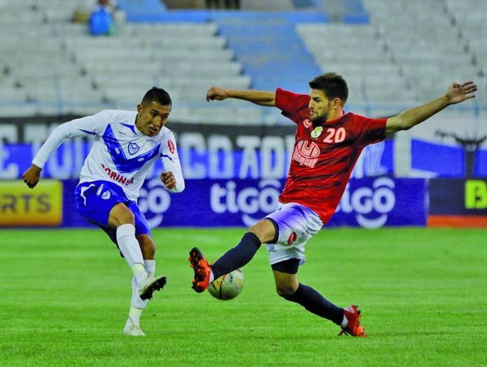 Antonio Rojano evita que el balón cumpla con su trayecto tras el disparo de un jugador del santo.