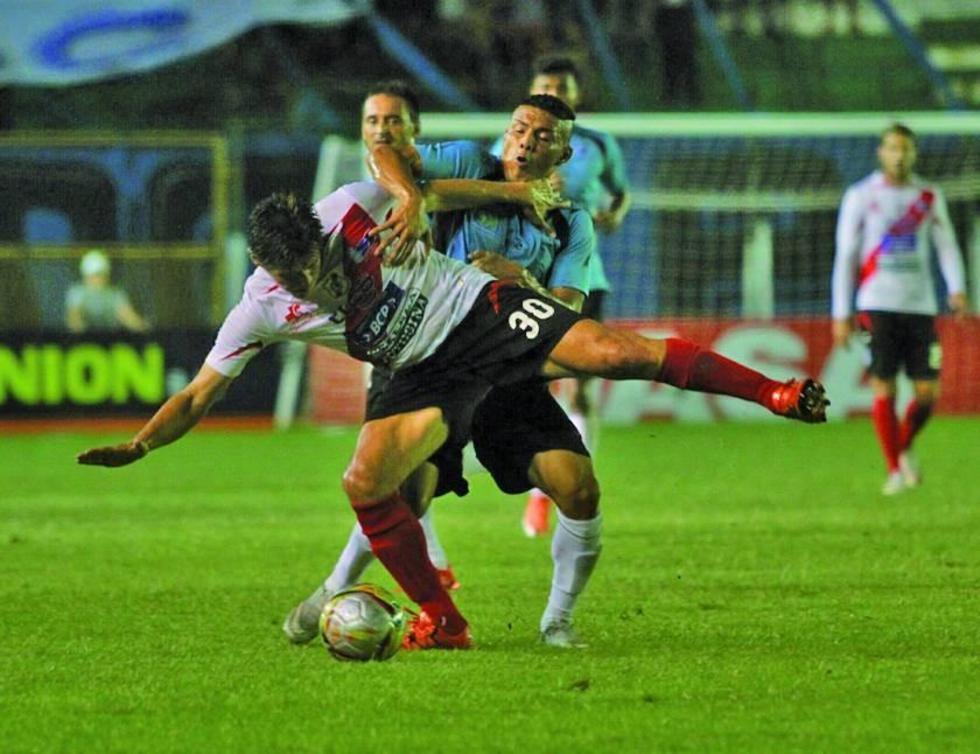 Miguel Hoyos, de Nacional, gana el control del balón.