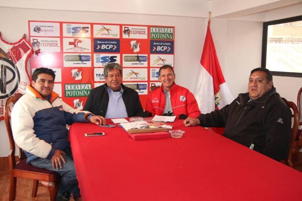 Los dirigentes de la banda roja durante una reunión con el técnico Carlos Leeb.