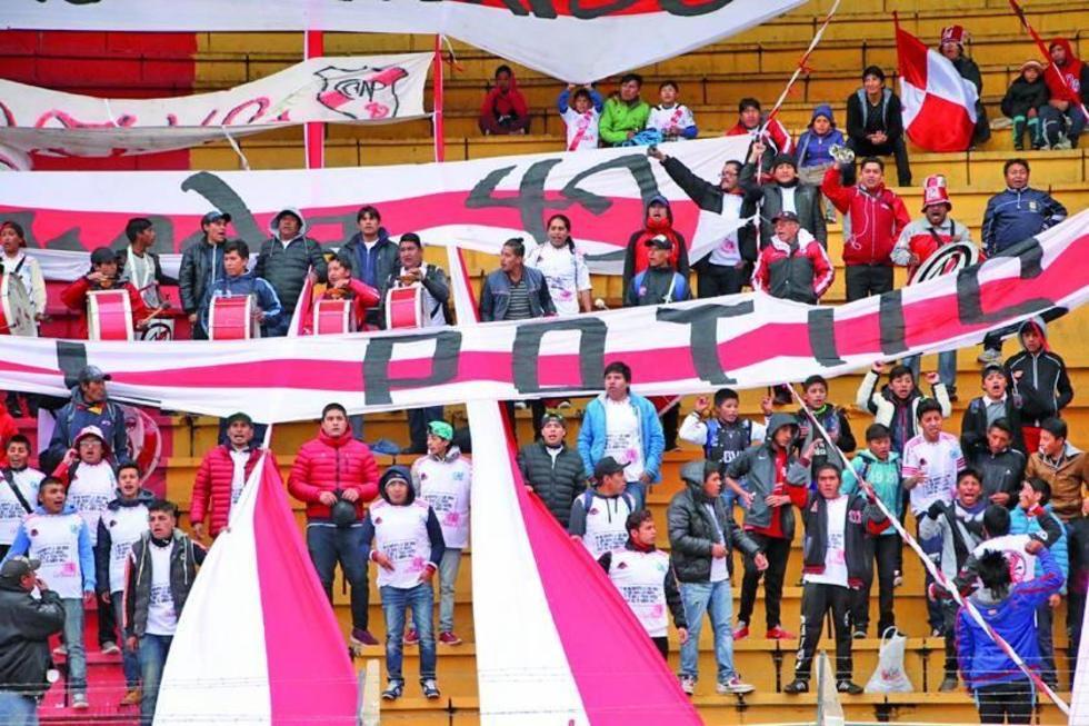 La barra brava de la banda roja estuvo presente en la curva sur del estadio.