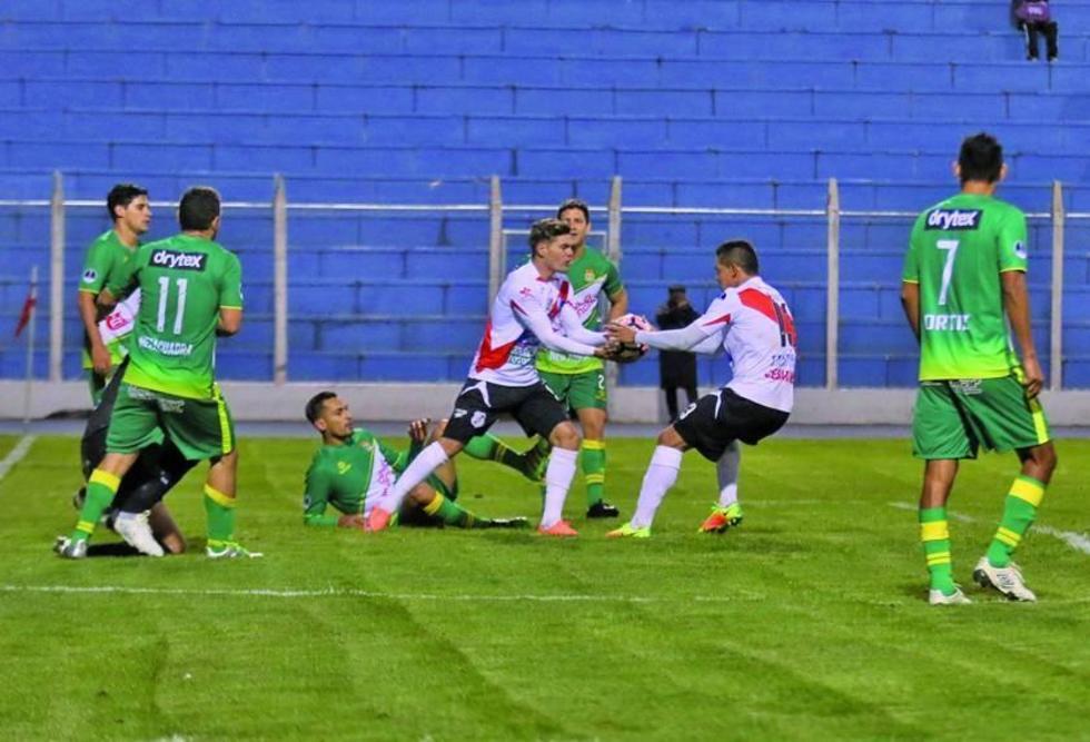 Bruno Pascua y Nelson Ruiz agarran el balón tras el gol del empate.