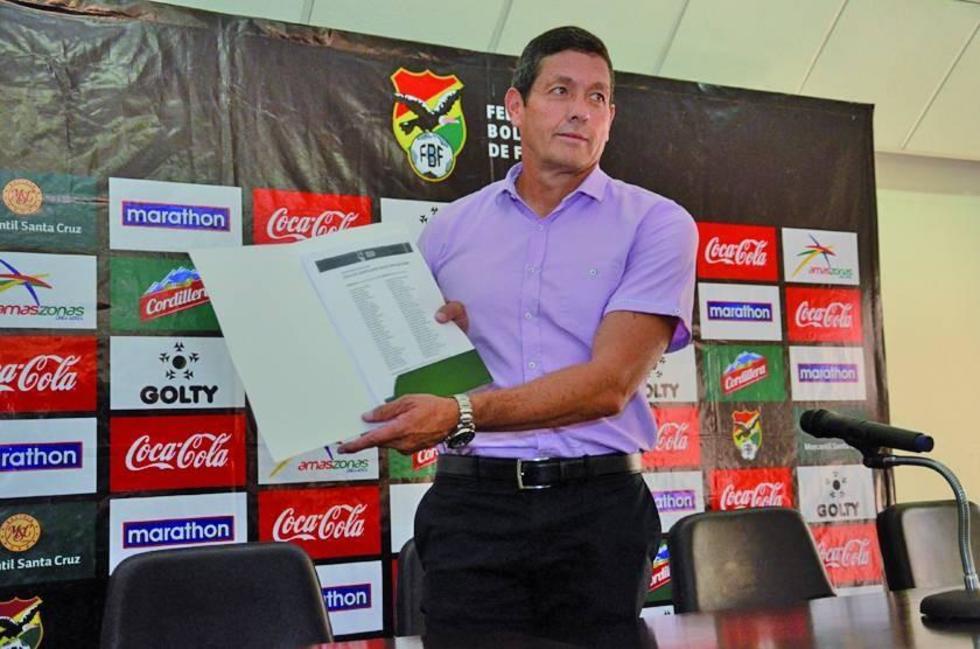 El técnico del combinado nacional muestra a la prensa la lista de los seleccionados.