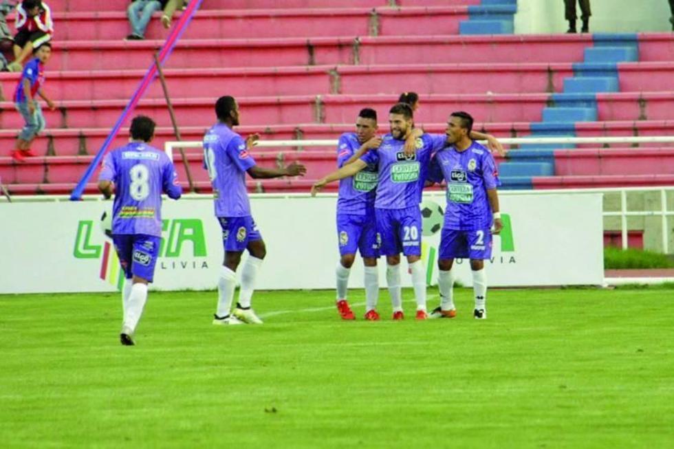 Los jugadores de la escuadra realista festejan el primer gol del partido.