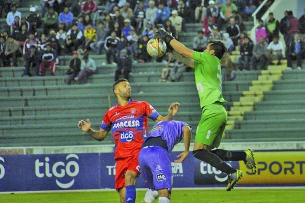 El arquero Eder Jordán descuelga el balón ante un ataque de los doctos.