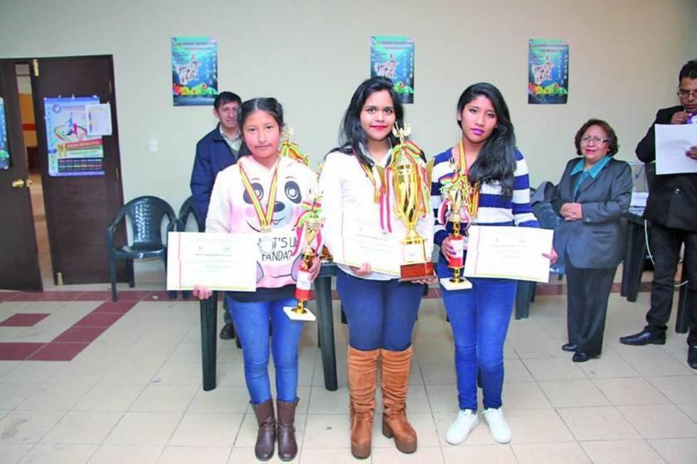 Las campeonas del torneo Ana Paula Condori, Nataly Monrroy y Mayte Osorio.