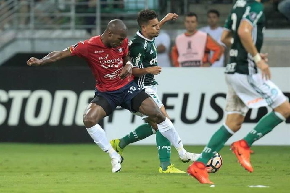 Jean (c) disputa el balón con Luis Carlos Cabezas (i) de Wilstermann.