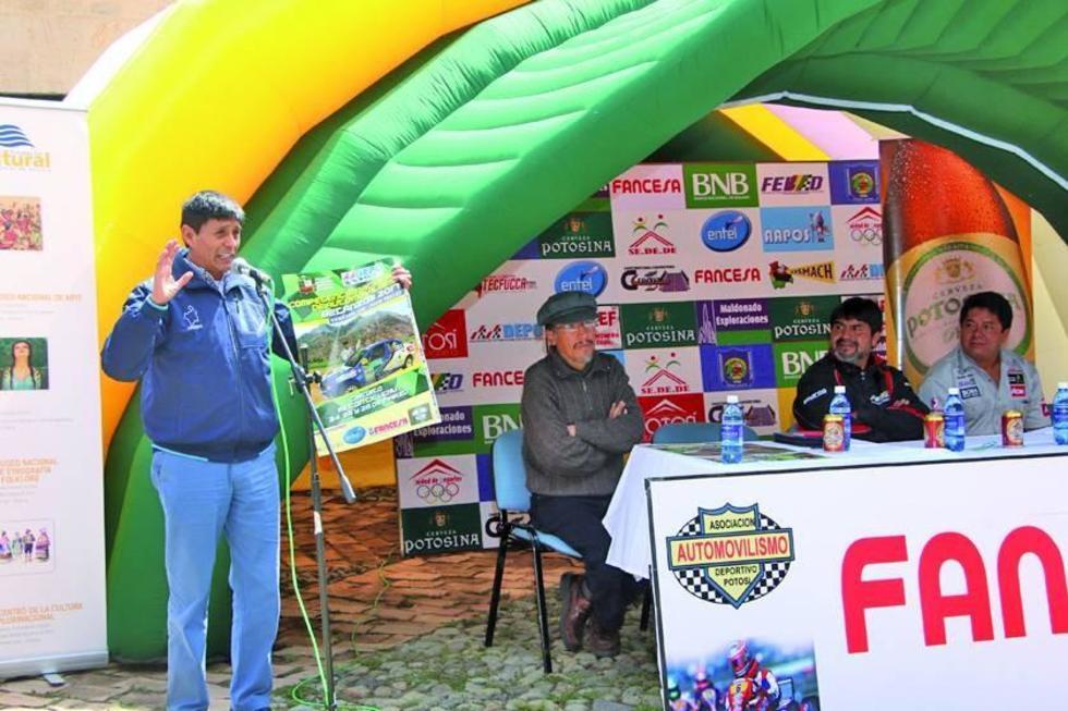 El alcalde de Betanzos en el lanzamiento de la carrera.