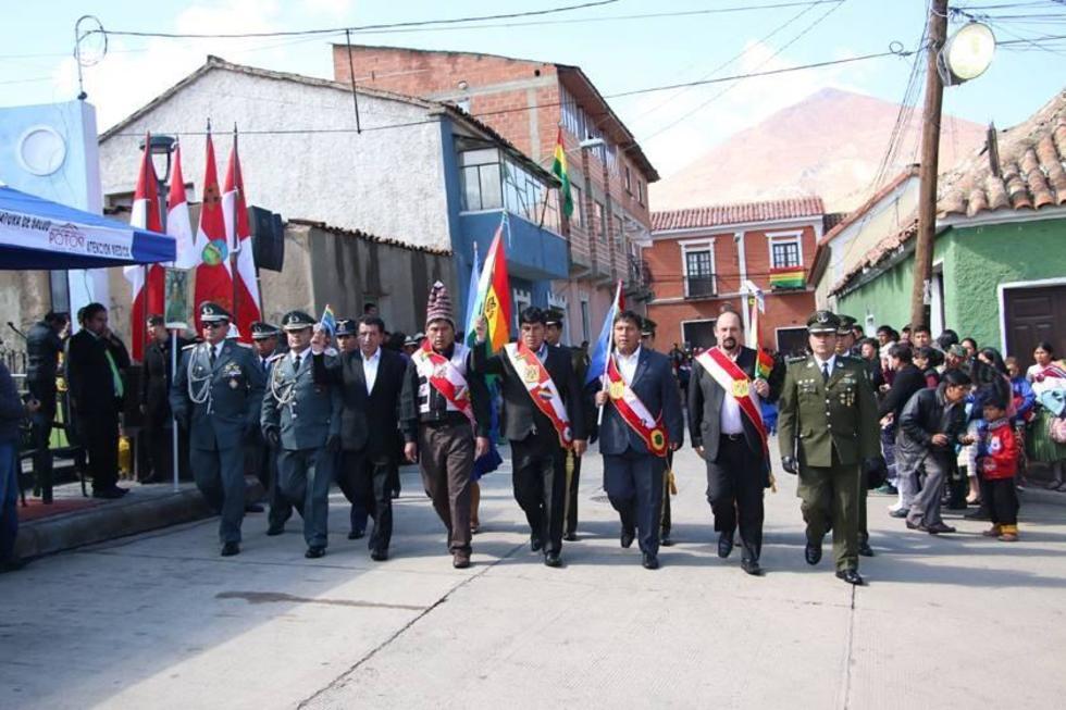 Representantes departamentales encabezaron el desfile. Al centro, el gobernador Cejas.
