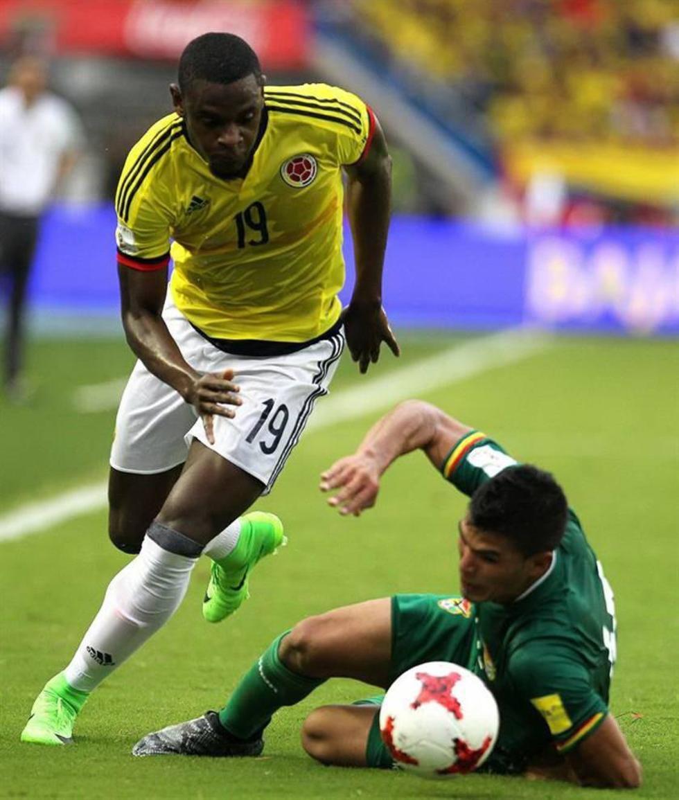 Duvan Zapata (i) supera la marca del boliviano Juan Pablo Aponte.