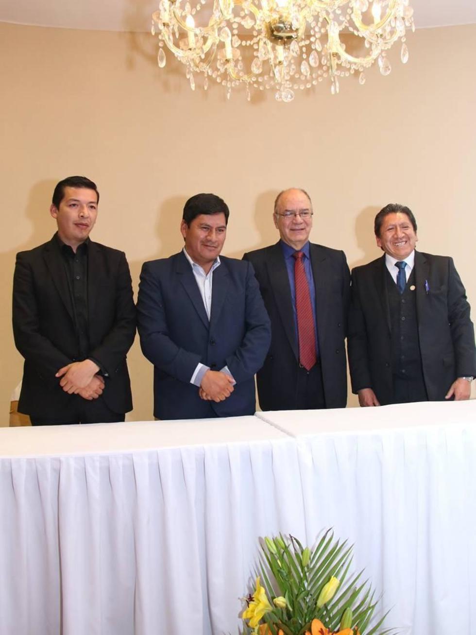 Los dirigentes en el acto de inauguración.