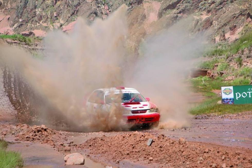 Potosinos suben al podio en la carrera nacional de autos