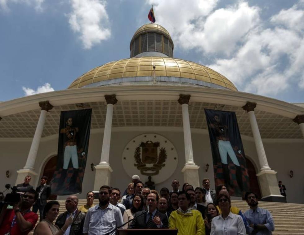 El presidente de la Asamblea Nacional de Venezuela (AN), el opositor Julio Borges (c), habla  desde el Palacio Legislati