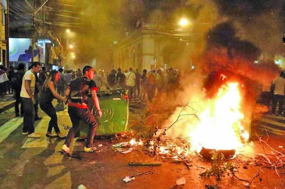 Los choques se intensificaron en la noche tras la aprobación del proyecto en la Cámara de Senadores.