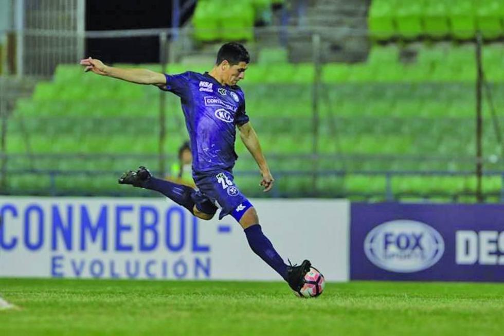 Cesar Villagra de Sol de América (Paraguay) remata el balón.