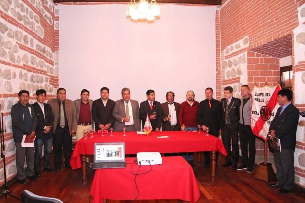 La directiva de la banda roja junto a las distintas autoridades departamentales.