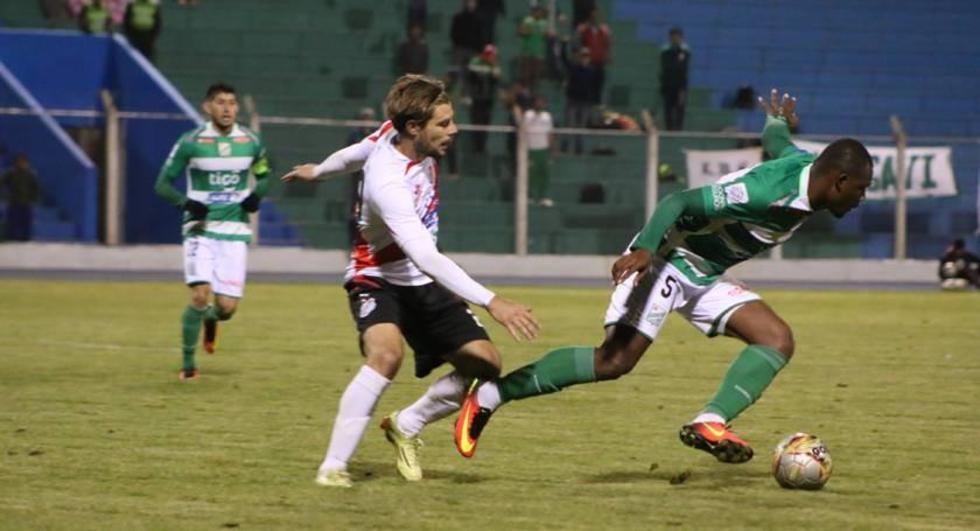 Cristian Alessandrini y Lenín Porozo pelean por el esférico.