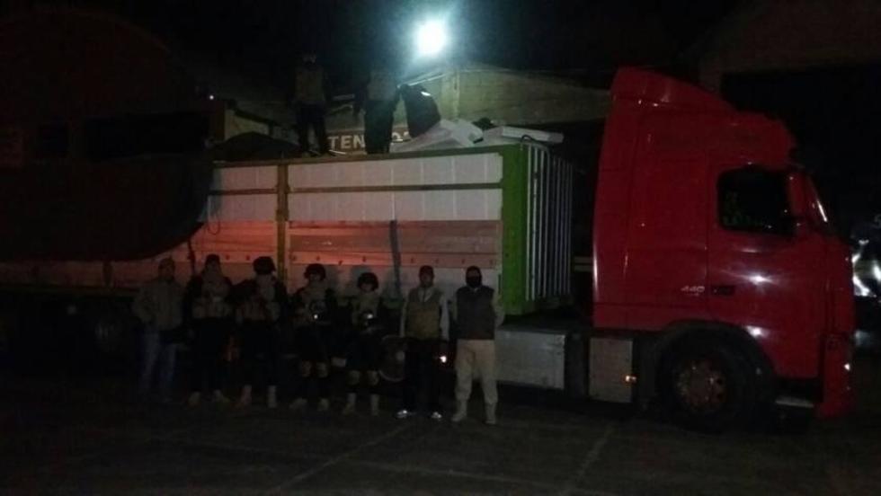 Aduaneros y policías posan junto al camión incautado.