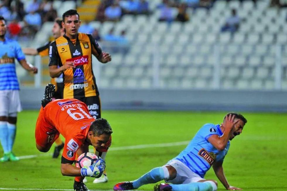 El meta daniel vaca detiene el balón ante un ataque del rival.