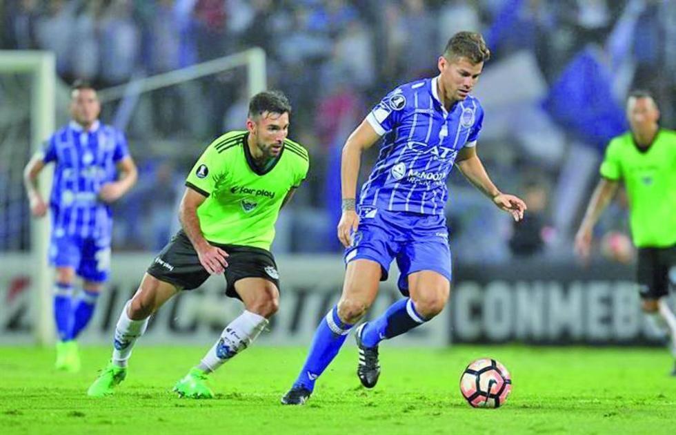 Gastón Giménez (d) de Godoy Cruz disputa el balón con Danny Besadaro (i) de Sport Boys