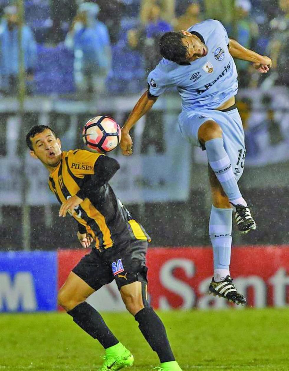 """Gremio logra igualar el partido con Guaraní en el """"Defensores del Chaco"""""""
