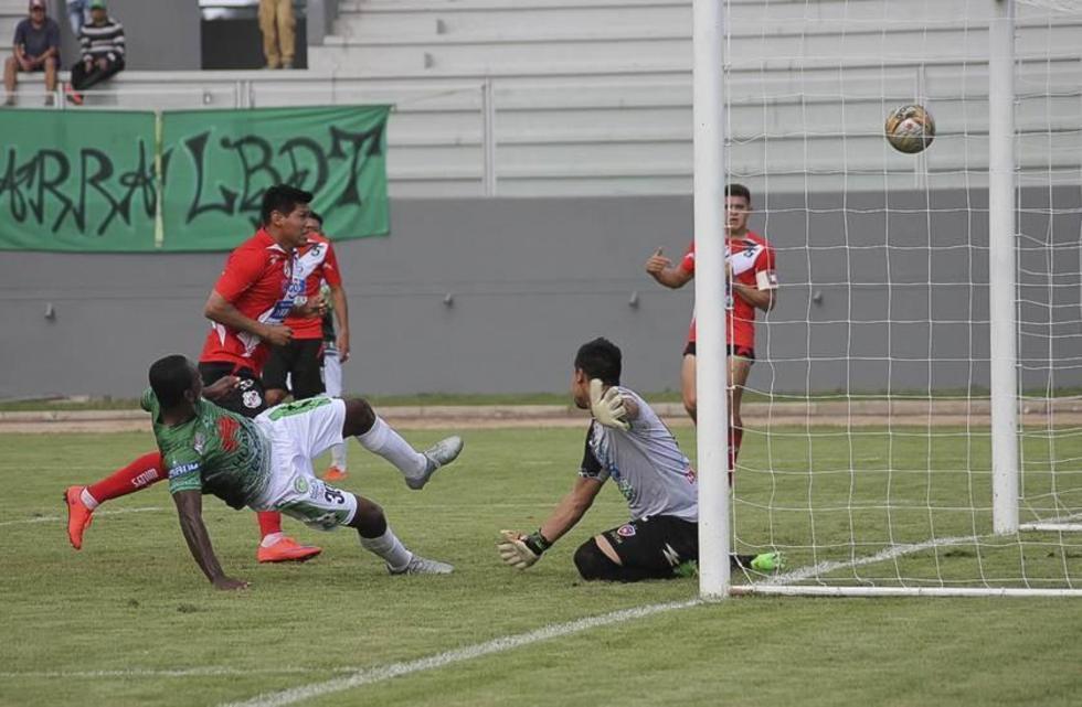 El futbolista Jeyson Quiñones anota el segundo gol de Petrolero.