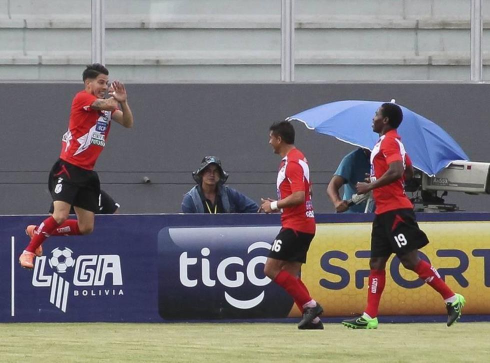 El jugador Javier Sanguinetti, de la banda roja, celebra su gol con sus compañeros.