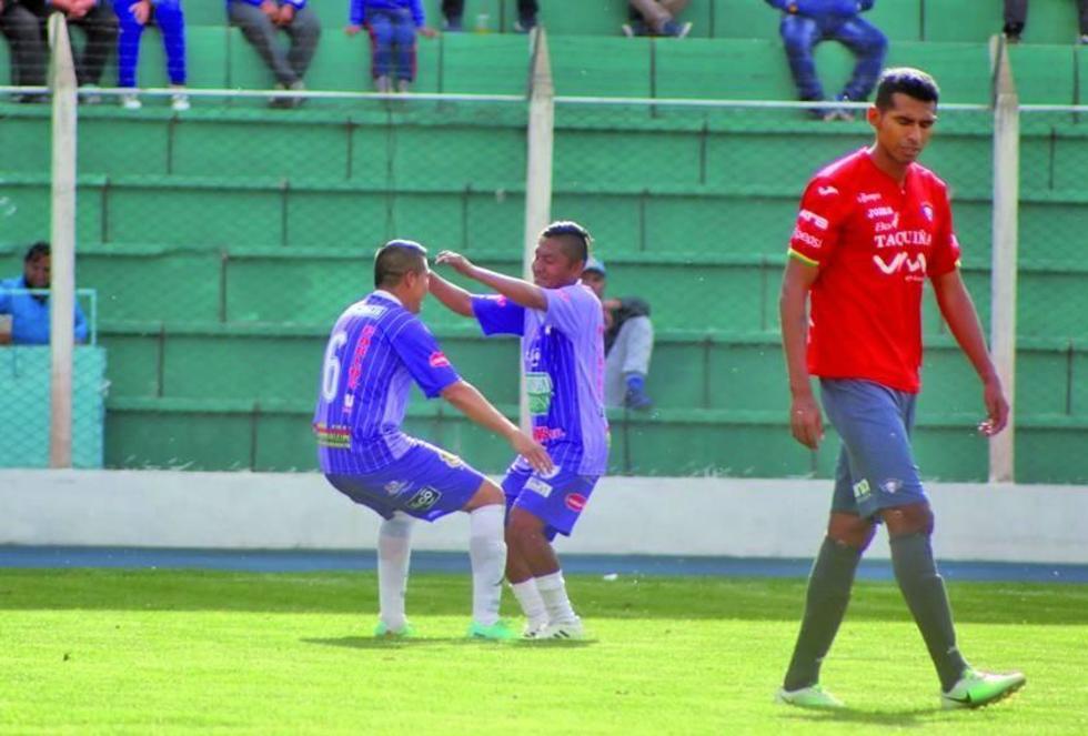 Limbert Méndez y Ronald Gallegos festejan el segundo tanto del conjunto local.