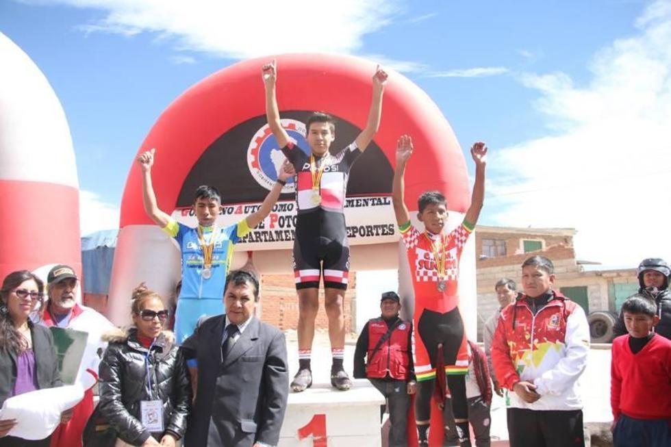 Edwin Ramos, Crispín Castro y Wilber Rodríguez, en el podio de ganadores.
